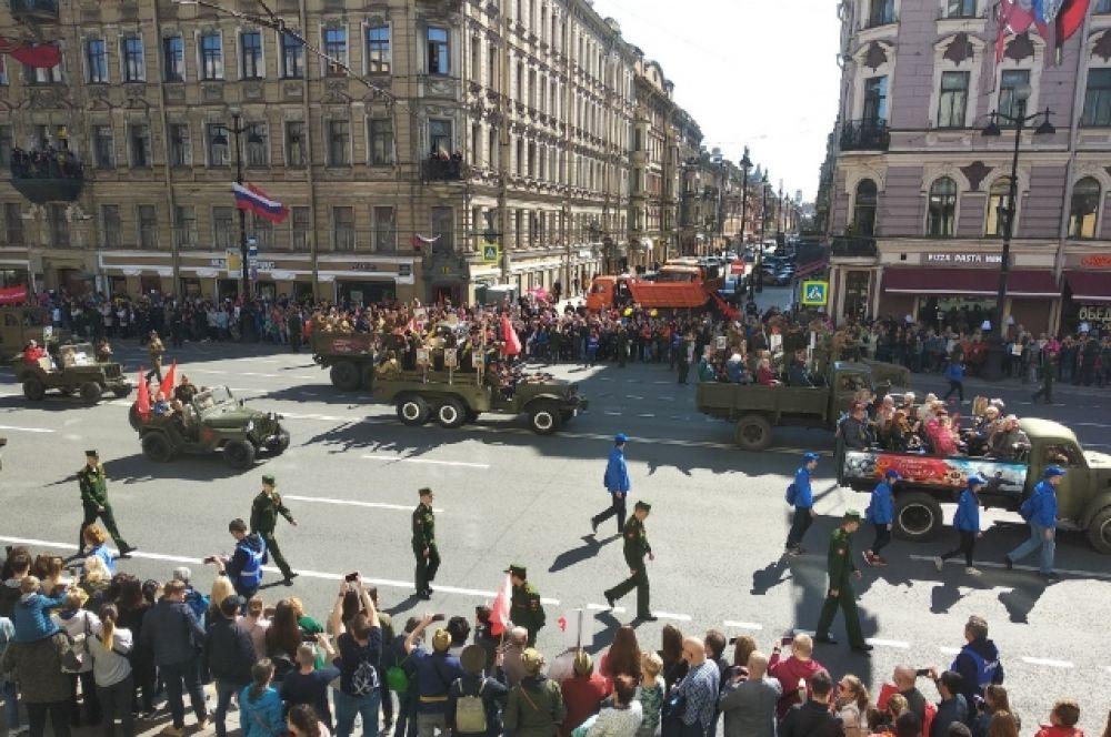 Ветеранов и блокадников провезли по Невскому проспекту под звуки военных маршей