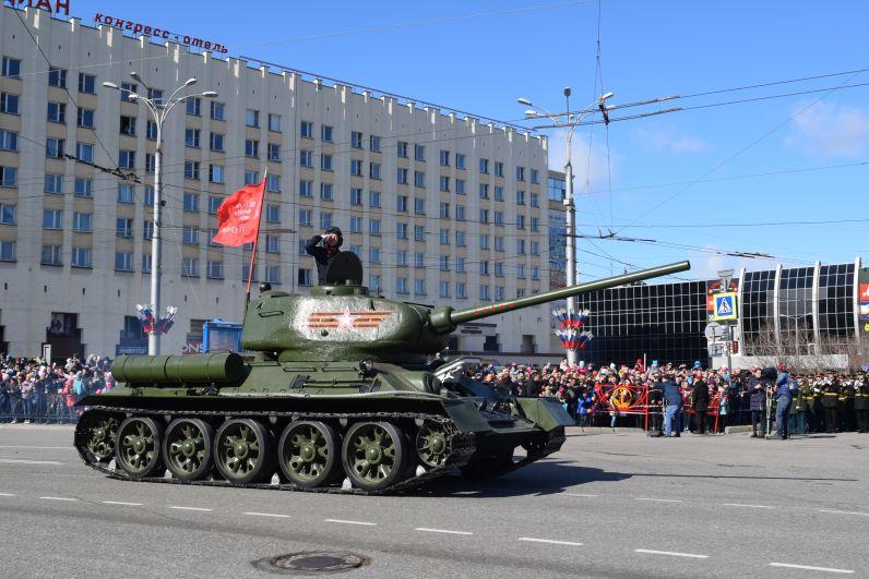 По городу проехал легендарный Т-34.