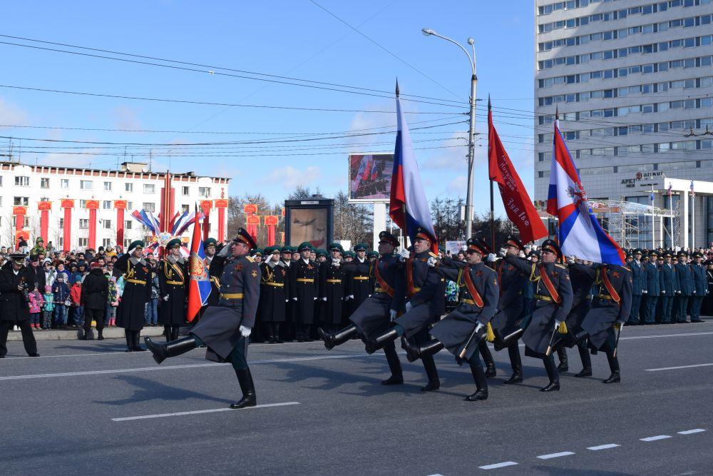 По проспекту Ленина военнослужащие пронесли Знамя Победы.