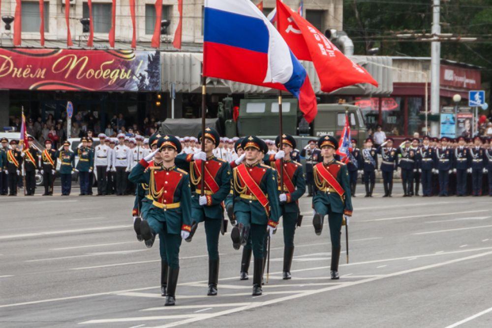 Более двух с половиной тысяч военнослужащих и 70 единиц военной техники прошли парадом по главной площади донской столицы.