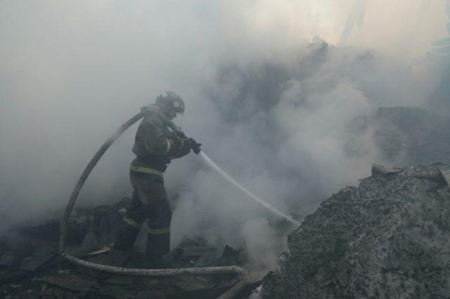 Сотрудник МЧС попал в больницу после пожара в Калининском районе