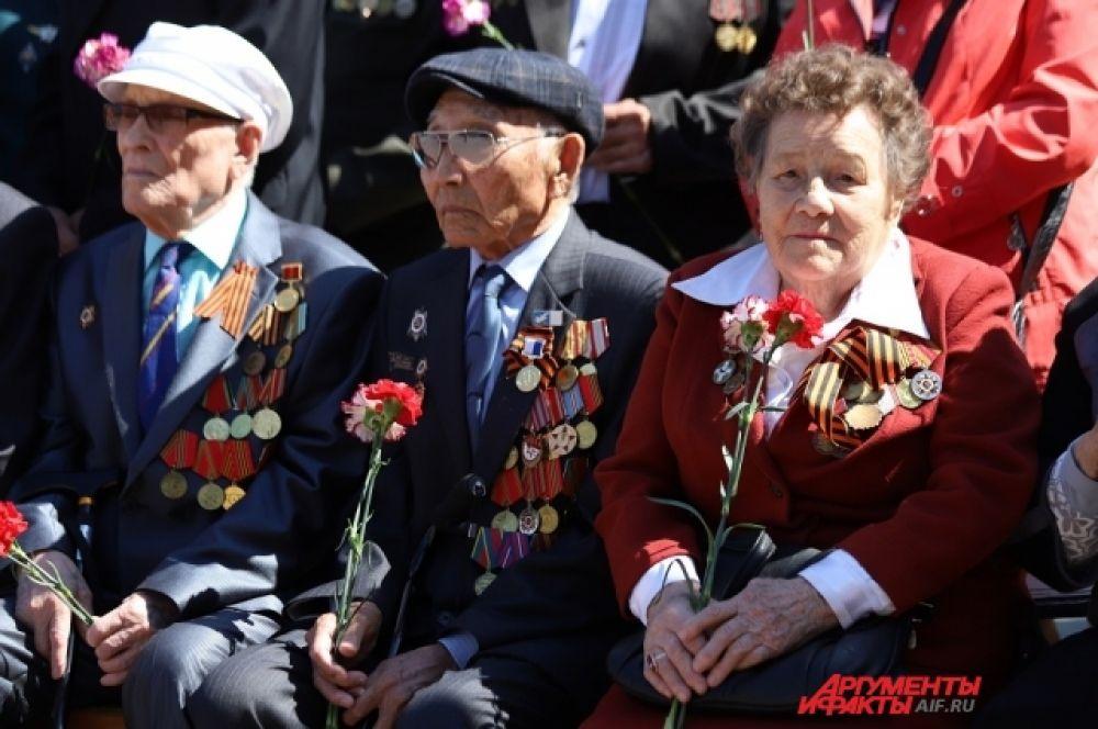 Участники митинга возложили цветы и гирлянды к мемориалу «Вечный огонь».