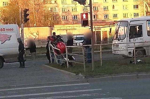 Маршрутный автобус столкнулся смотоциклистом вПетрозаводске