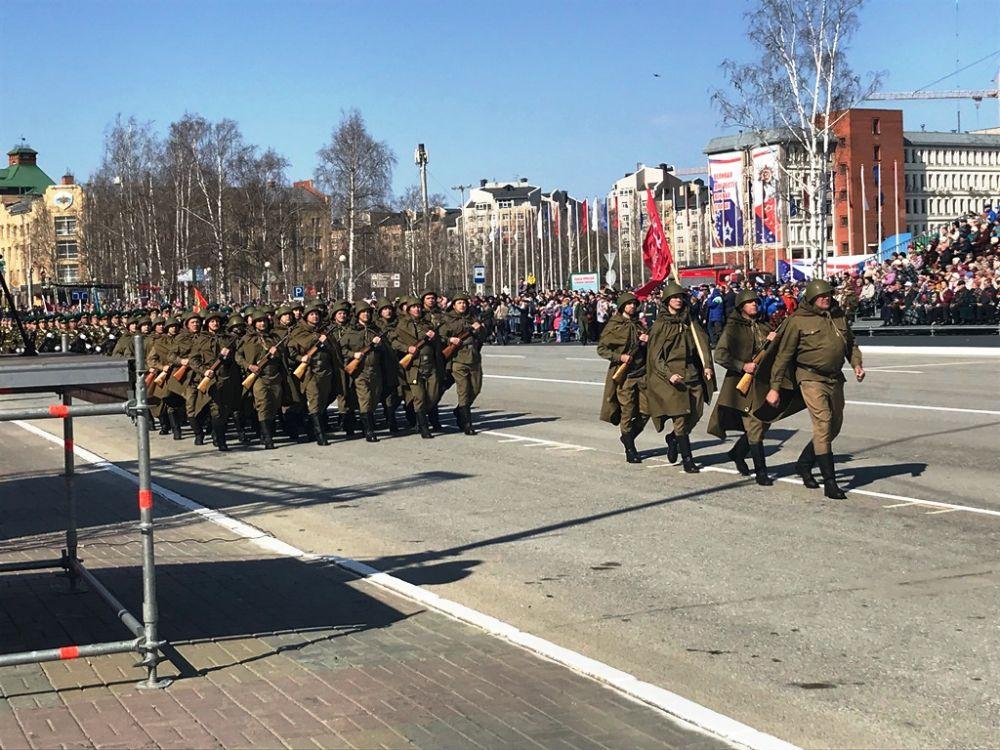 Первыми в параде прошагали солдаты в военной форме времен Великой Отечественной войны.