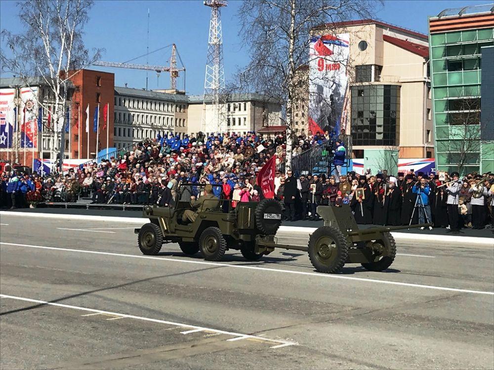 Самой красочной частью парада стало движение военной техники.