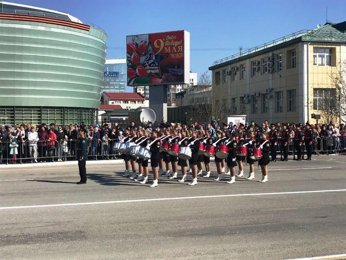 В 9:30 с поздравления губернатора Югры Натальи Комаровой был дан старт празднику - начался парад.