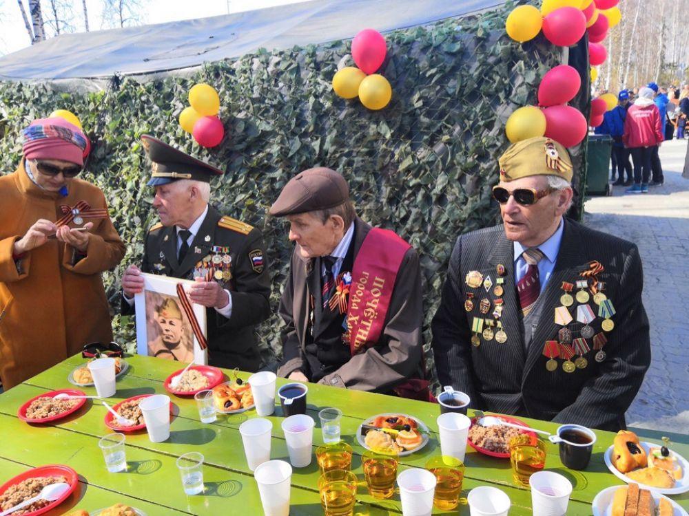 """Ветеранов около ДК """"Октябрь"""" угостили солдатской кашей. А актеры показали им творческие номера."""