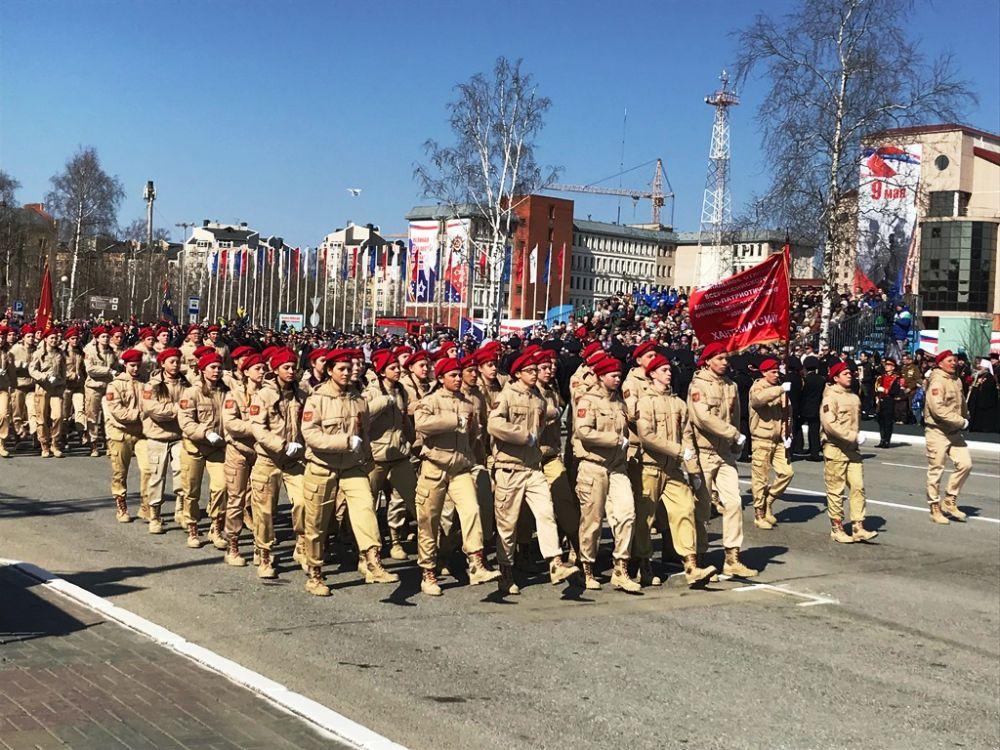 Юнармейцы - школьники, вошедшие в детско-юношеское военно-патриотическое общественное движение.