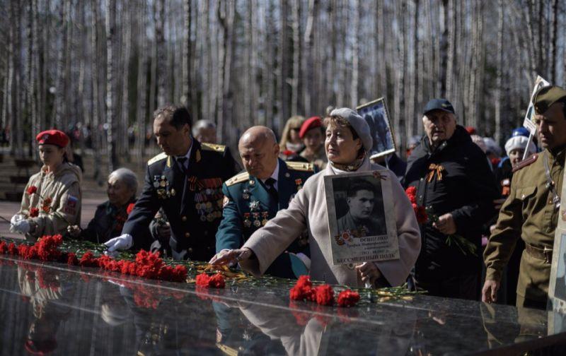С утра до вечера к Мемориалу Славы в парке Победы жители возлагали цветы.