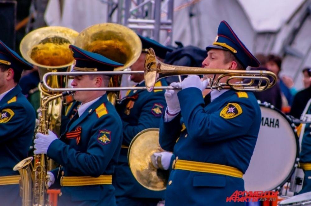 Поучаствовал в параде и живой оркестр.