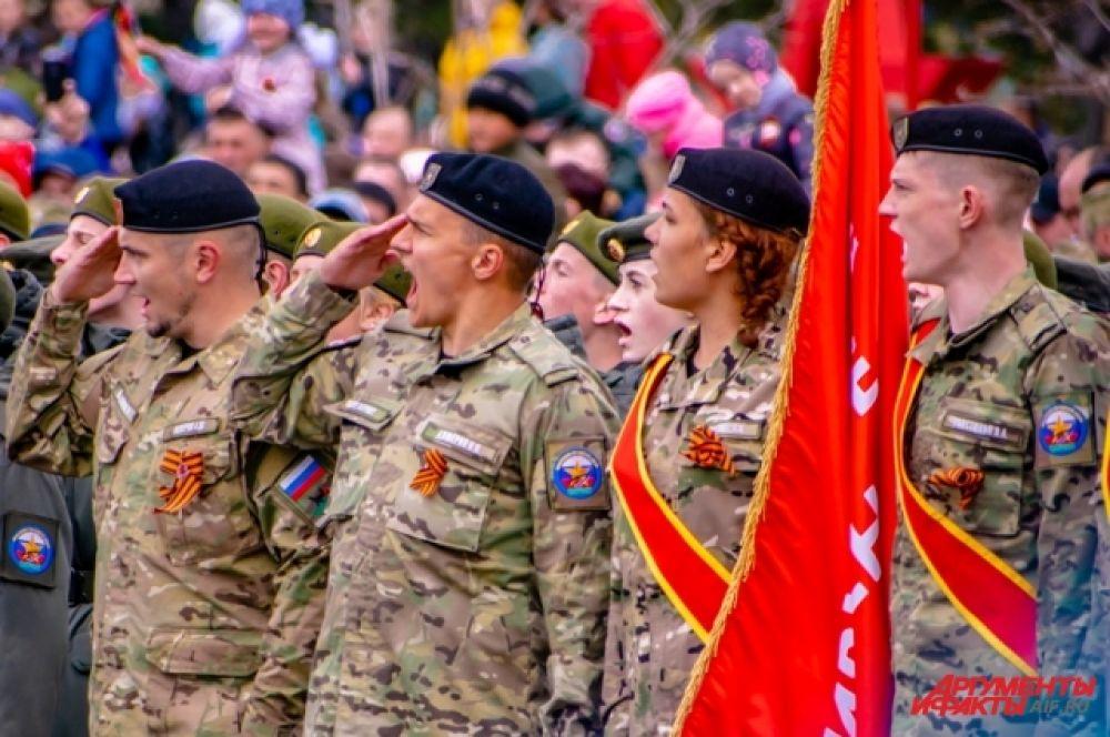 В параде приняли участие войска Иркутского гарнизона, бойцы Юнармии, курсанты и другие представители силовых структур.