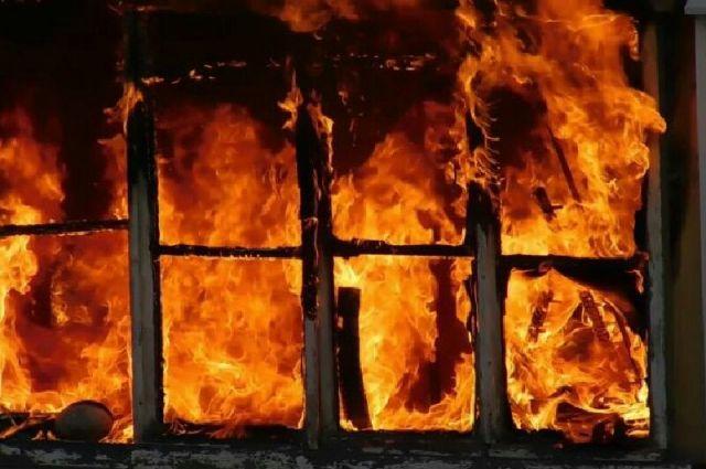 Огонь охватил частный деревянный дом на улице Подлесной. Во время тушения пламени внутри дома сотрудники МЧС обнаружили тела двух человек.