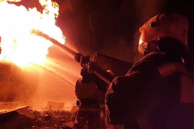 Огонь повредил гараж и автомобиль Geely MK.
