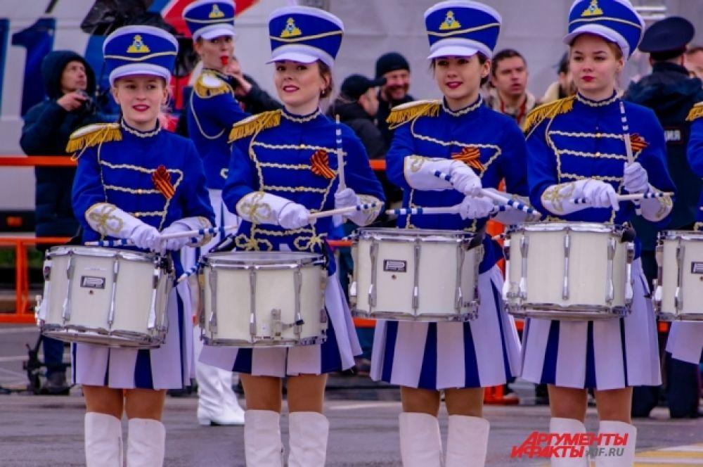 Затем люди увидели показательное выступление барабанщиц – курсанток Восточно-Сибирского Института МВД России.