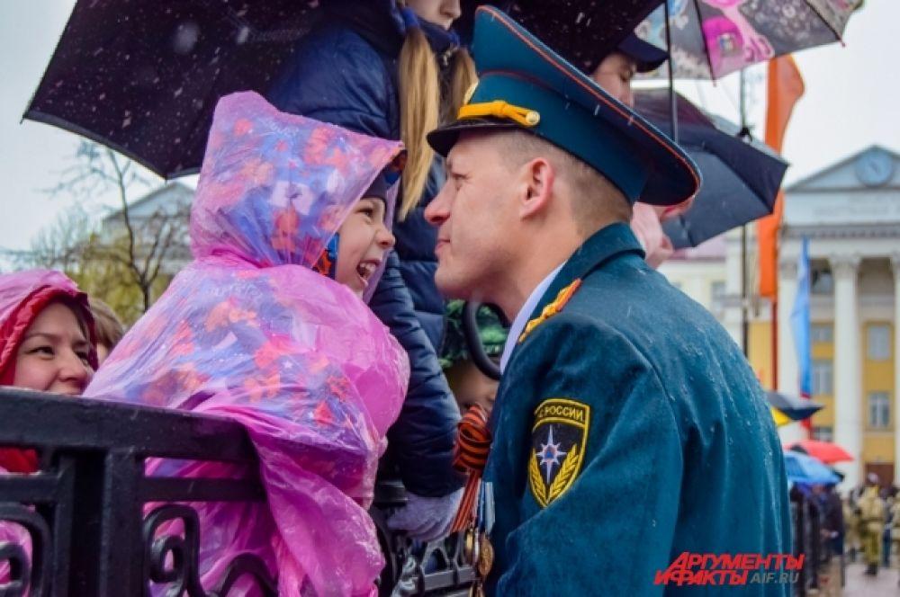 Желающим посмотреть на парад военных сил и Бессмертный полк не помешал ни дождь, ни ветер.