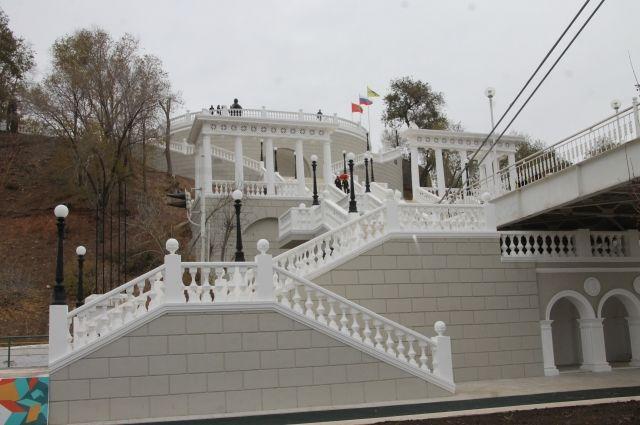 Спуск к реке Урал на набережной в Оренбурге реконструируют по федеральной программе «Формирование комфортной городской среды» с 2017 года.