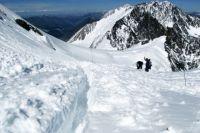 Поиски туристов, попавших под лавину в горах Алтая, приостановили на полтора месяца.