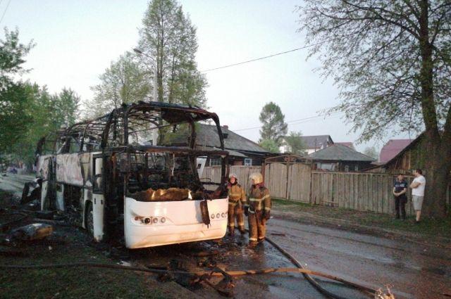 Столб дыма от сгоревшего автобуса был виден из разных районов города.