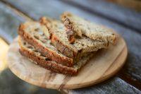 Ученые пришли к выводу, что некоторые пищевые добавки в хлебе несут риски для здоровья человека.