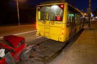 Машина заехала передней частью под троллейбус. Водителя спасла сработавшая подушка безопасности.