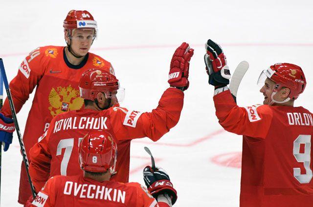 Игроки сборной России радуются забитой шайбе в матче группового этапа чемпионата мира по хоккею между сборными командами России и Австрии.