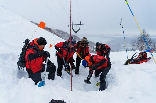 Спасатели нашли на месте происшествия пять тел, операция приостановлена на полтора месяца из-за опасности схода лавины.