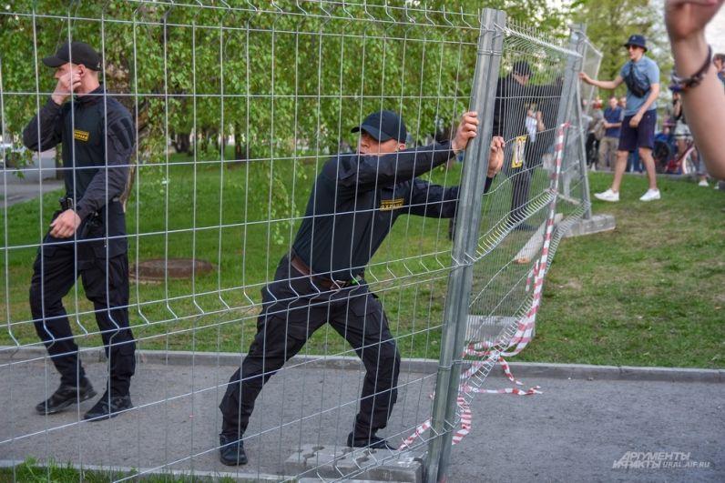 Охранники пытаются пресечь попытки.