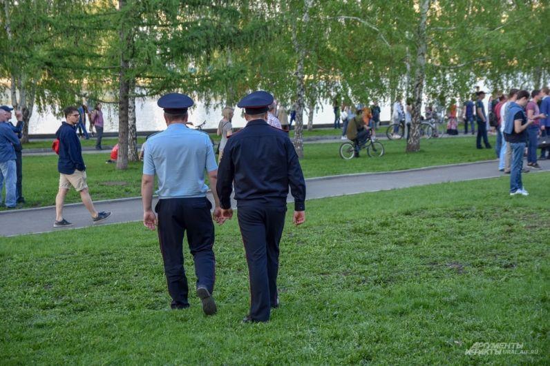 Полиция в это время, которая немногочисленно находилась по периметру территории, спокойно наблюдала за происходящим.