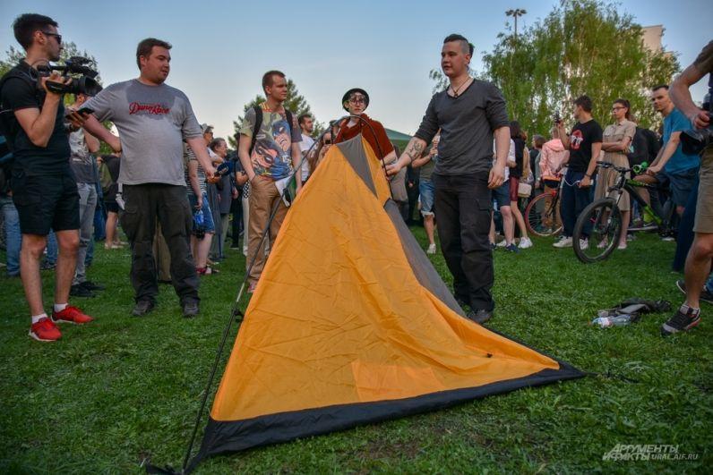 Горожане принимают решение поставить палатку на осажденной территории.