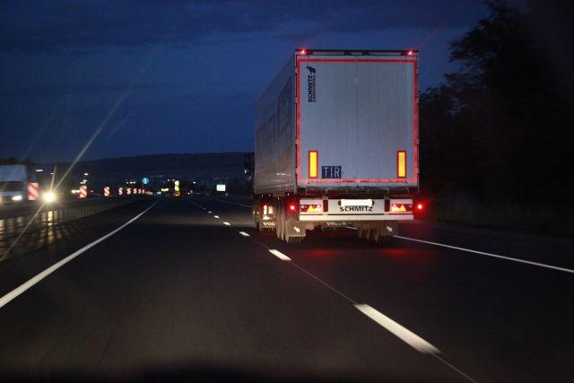 По данным очевидцев, легковушка выехала на встречную полосу и въехала грузовик DAF, который ехал навстречу.