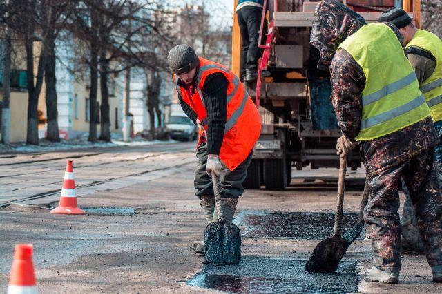 Уже заасфальтированы тротуары, частично снята дорожная одежда, на одной пятой участка уложен новый выравнивающий слой.