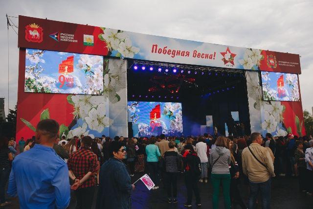 Одним из главных мест минувших торжеств в столице Южного Урала стала площадка у челябинского Торгового центра.