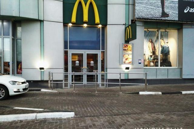 В Харькове женщина устроила поножовщину возле ресторана McDonald's