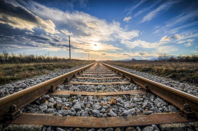Разновозрастная компания перелезала через вагоны и переходила железнодорожные пути в непредусмотренных для этого местах.