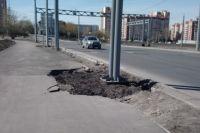 Спустя полгода после строительства, дорога выглядит как после бомбёжки.