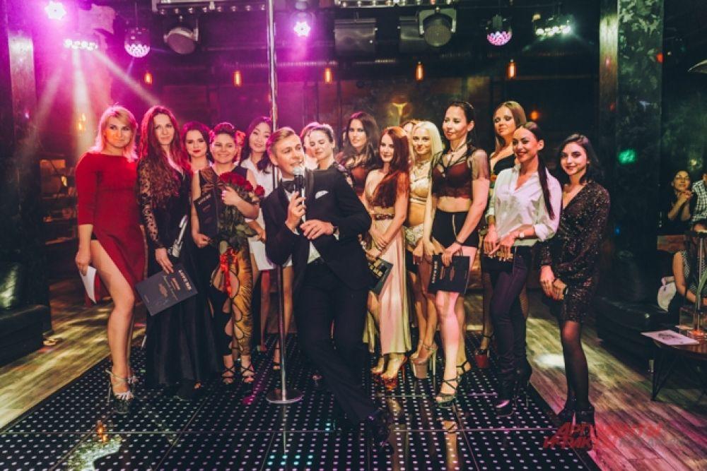 Концерт завершился награждением выпускниц, они получили дипломы об окончании танцевальной школы и подарки.