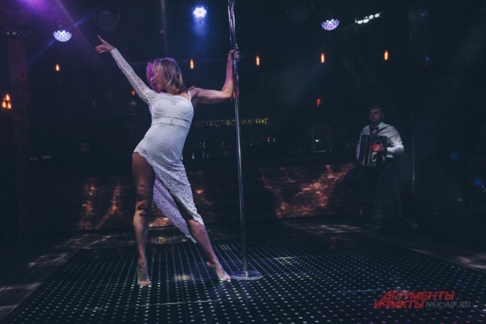 Не все девушки выступают на высоких каблуках — некоторые предпочитают выходить на сцену босиком.