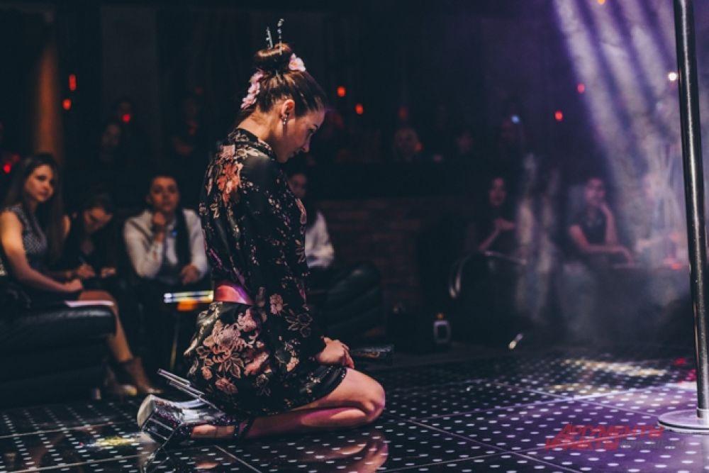 Ученицы школы удивили гостей концерта интересными женственными образами. Так, например, одна из девушек предстала перед зрителями в образе гейши.
