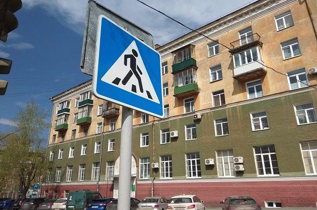 Елена вместе с тремя детьми и подругой с сыном собирались перейти дорогу по переходу.