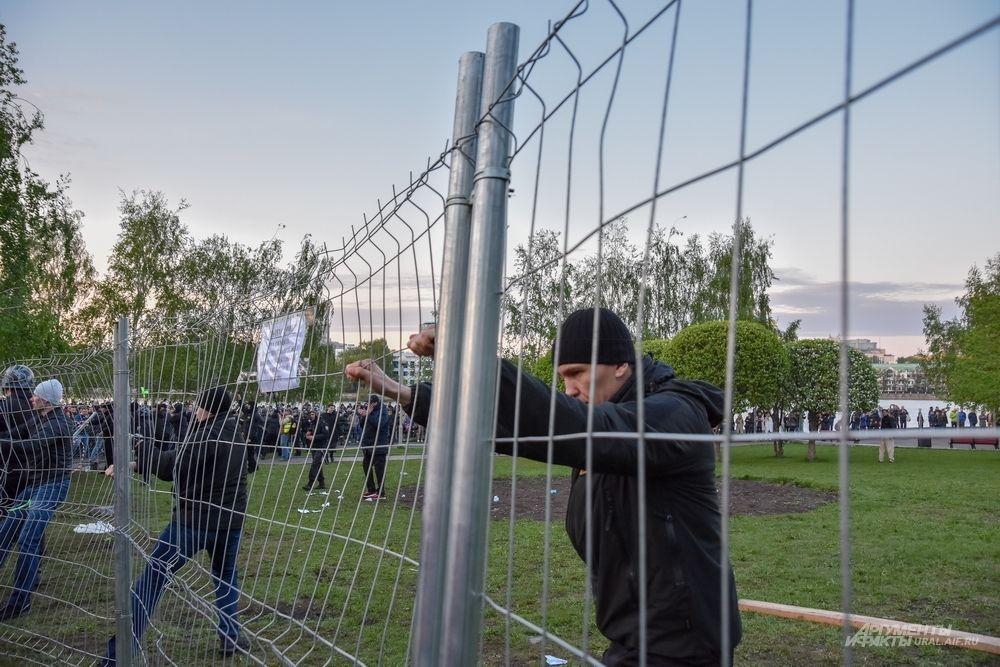 Охранники пытались сдержать противостояние.