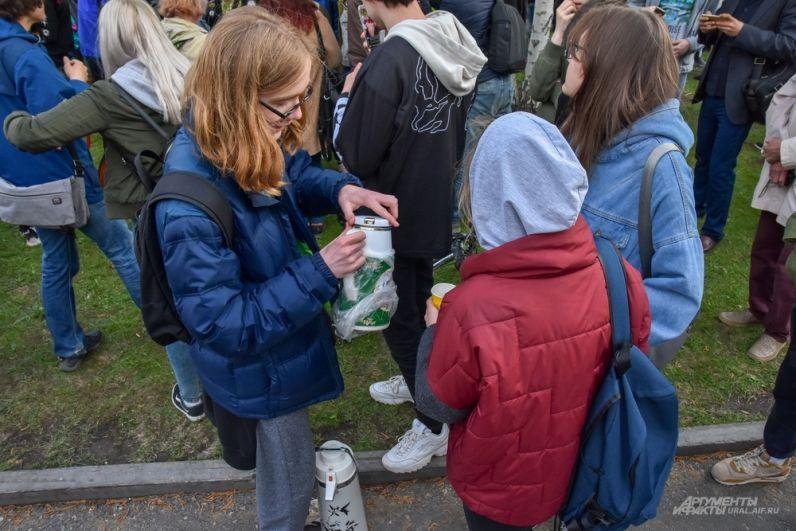 Начиналась акция теплолюбиво. Народ постепенно стекался к скверу, люди общались, пили чай из термосов и просто стояли.