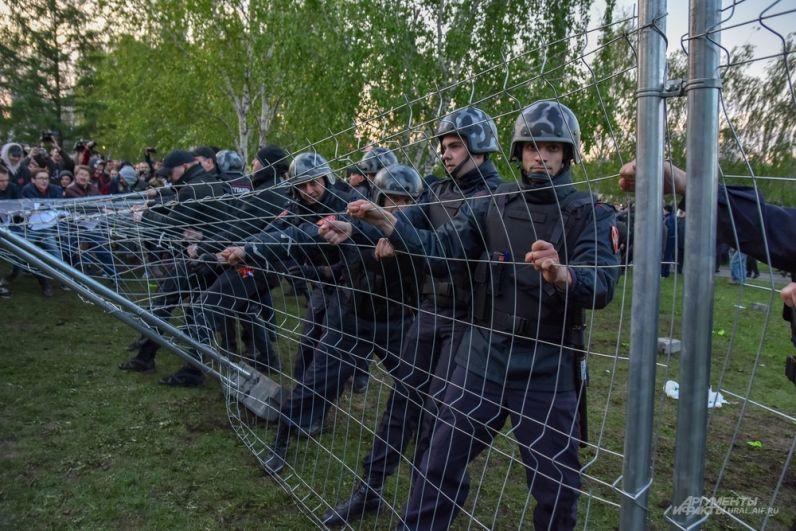 Есть в Екатеринбурге такая русская забава со вчерашнего дня – перетягивание заборов.