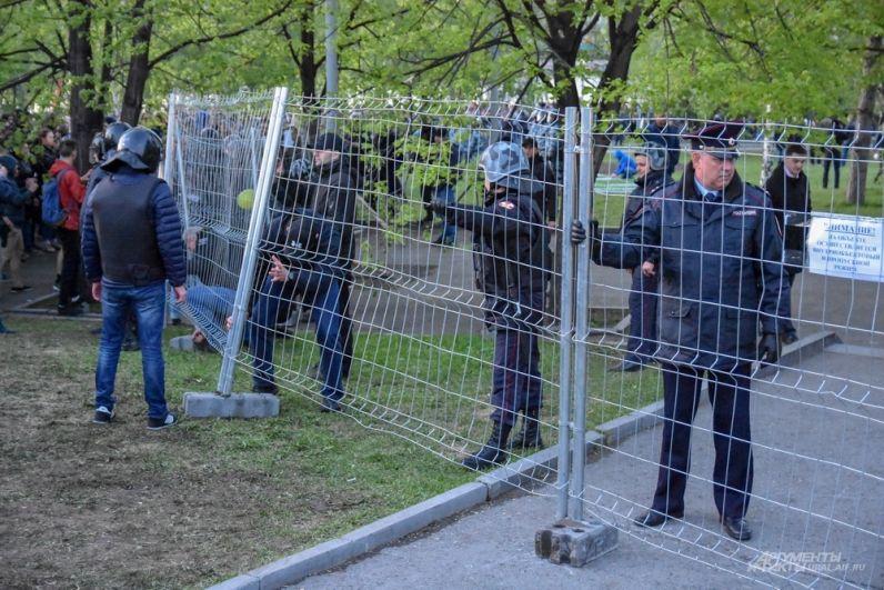 К моменту написания фоторепортажа в центре Екатеринбурга задержали больше 10 активистов, а в полночь ОМОН начал вытеснять участников акции.