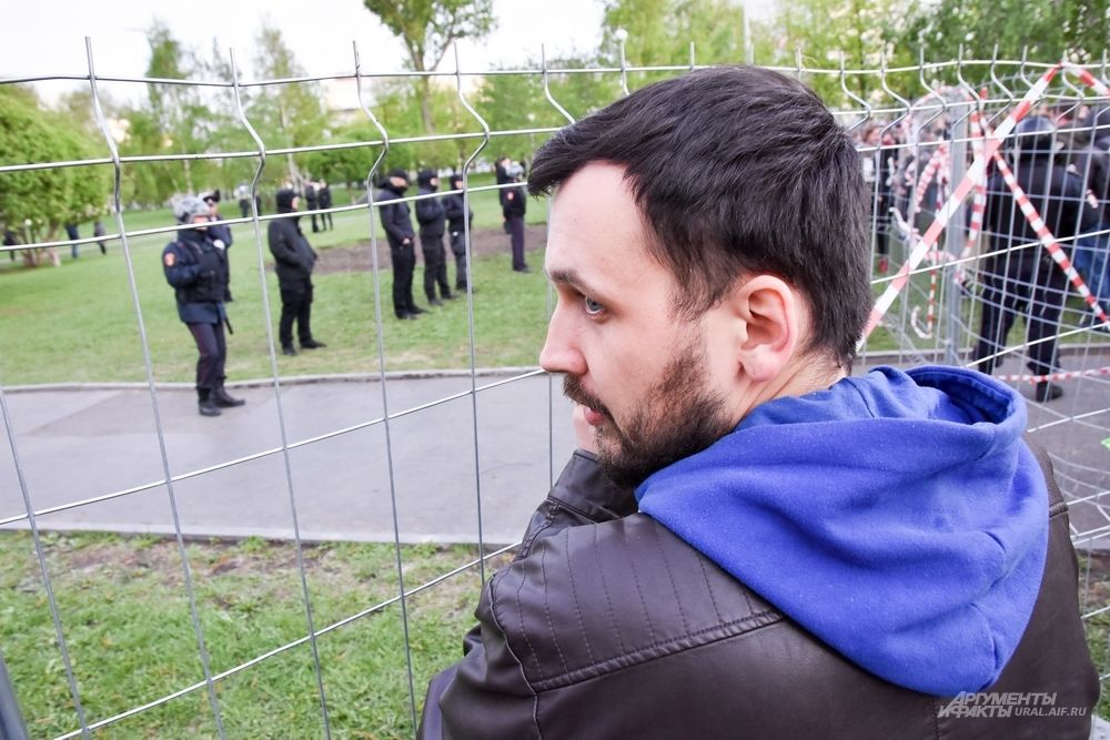 Вторые сутки они встают у металлического забора в центре столицы Урала и протестуют против строительства Храма святой Екатерины.