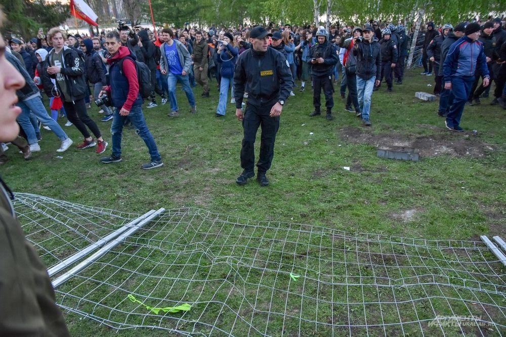 Одни забор повалили.