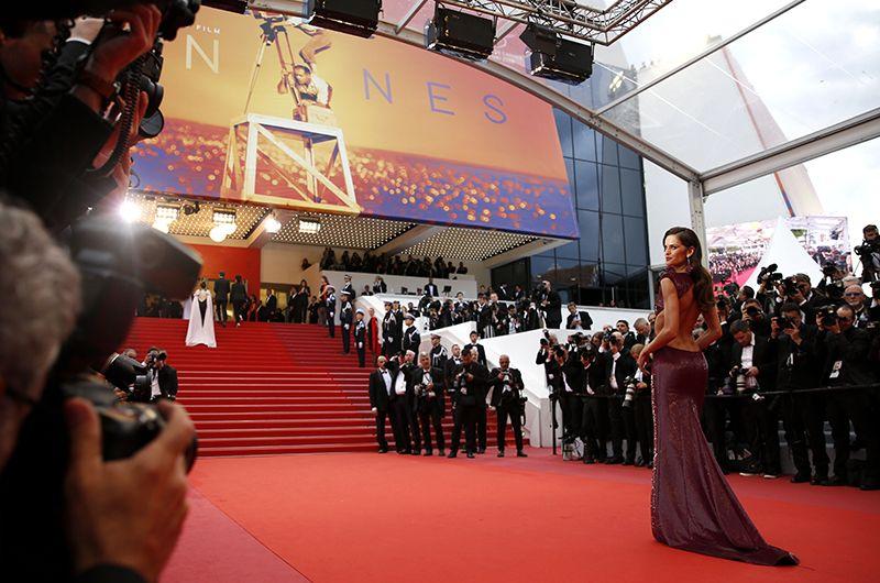 Красная дорожка Каннского кинофестиваля, прибытие гостей. На фото: бразильская супермодель Изабель Гулар.