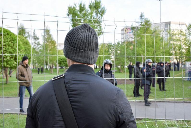 Второй день противостояния активистов оказался более агрессивным нежели вчера. Однако начиналась акция в мирно и спокойно.