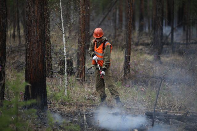 На борьбу с огнём наравне с лесоохраной вставали и жители деревень, оказавшихся в ловушке, и отряды добровольцев, подоспевшие из Иркутска.