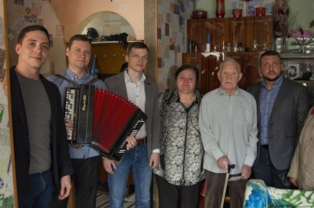В этом году с Днём Победы депутат горсовета Иван Конобеев поздравил на дому 15 ветеранов Великой Отечественной войны.