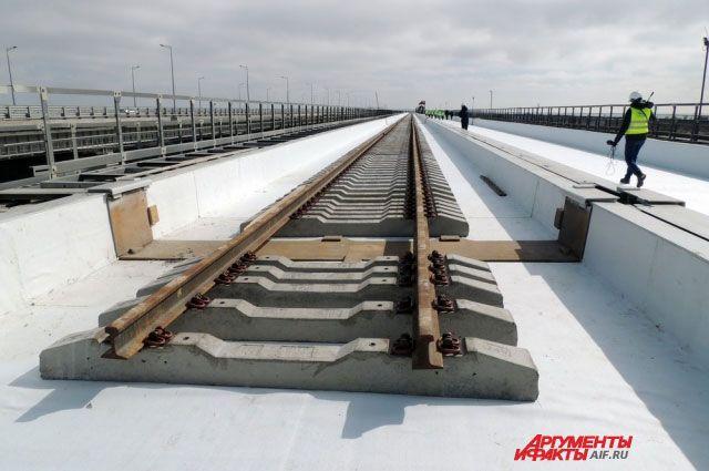 На железнодорожной части Крымского моста уложено около 66% рельсов